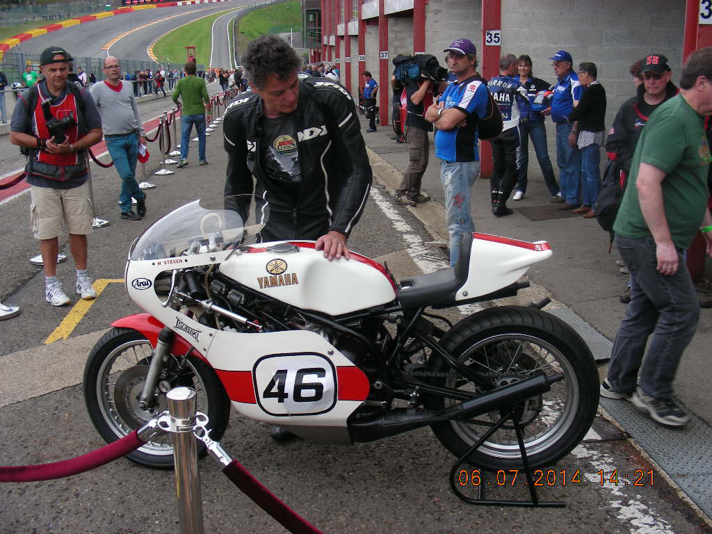 Yamaha-TZ750E-de-1978-ex--Michel-Steven,-championnne-de-Belgique--1000-cm³-1982-iici-pilotée-par-Bernard-Ansiau-mécanicien-de-Valentino-Rossi